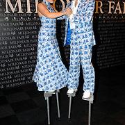 NLD/Amsterdam/20061207 - Miljonairfair 2006, dansend paar op stelten in delftsblauwe kleding