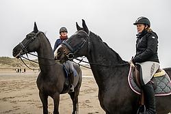 Strand wandeling, De Keersmaecker Jolien, Van Der Heyden Caroline<br /> Oostduinkerke Bad 2020<br /> © Hippo Foto - Dirk Caremans<br /> 29/11/2020