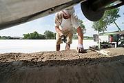 Nederland, Vorstenbosch, 24-6-2019Deze Poolse landwerker, aspergesteker, arbeidsmigrant, steekt de allerlaatste asperges van het seizoen. Het is tropisch warm en het werk is erg onaangenaam in deze hitte.Foto: Flip Franssen