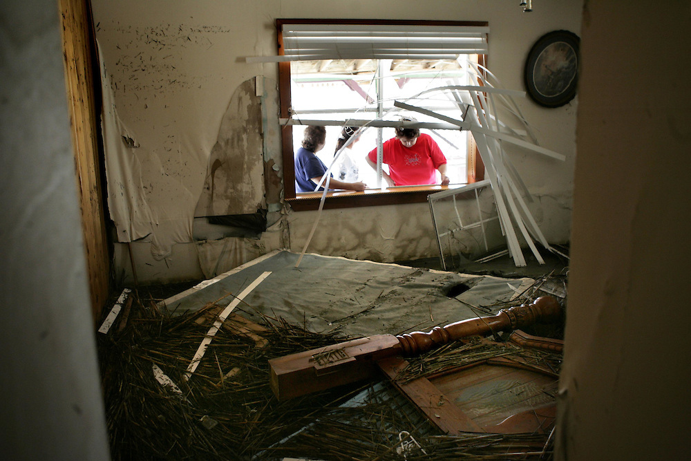 ORG XMIT: *S0424384898* (09/19/08) ---  Residents of Sabine Pass, Texas, deal with the aftermath of Hurricane Ike Friday September 19, 2008.  (Lois Berg's home).09282008xNEWS