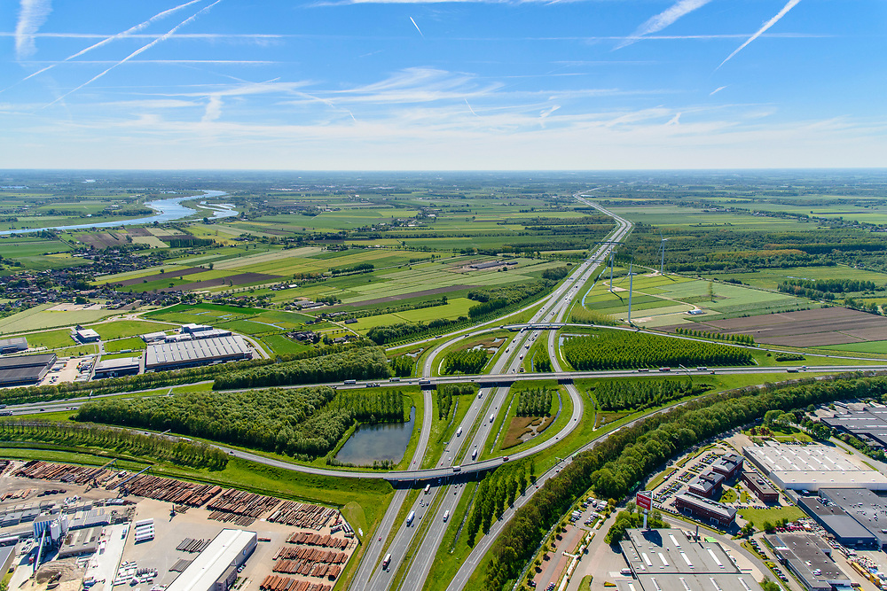 Nederland, Utrecht, gemeente Vijfheerenlanden , 13-05-2019; Knooppunt Everdingen, kruising van de rijkswegen A2 horizontaal) en A27 (vertikaal), gedeeltelijk turbineknooppunt. Bedrijventerreinen Vianen, Hagestein, De Biezen<br /> Everdingen junction south of Utrecht.<br /> <br /> luchtfoto (toeslag op standard tarieven);<br /> aerial photo (additional fee required);<br /> copyright foto/photo Siebe Swart