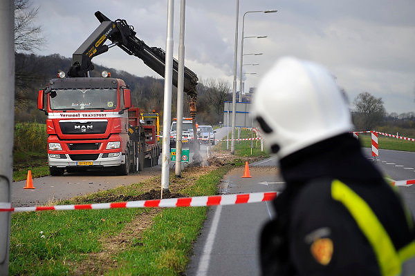 Nederland, Beek Ubbergen, 23-11-2010Grondboor van een vrachtwagen veroorzaakt gaslek aan de Rijksweg. Breuk ontstaan in een gasleiding. In de omgeving was een hard sissend geluid te horen. Brandweer en netwerkbeheerder zijn langdurig aan de slag geweest om het lek te dichten.Foto: Flip Franssen/Hollandse Hoogte