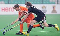 NEW DELHI -  Constantijn Jonker (l) in duel met de Duitser Jan Philipp Rabente tijdens de kwart finale van  de finaleronde van de Hockey World League tussen de mannen van Nederland en Duitsland . ANP KOEN SUYK