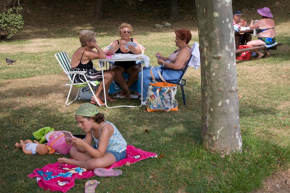 31/Julio/2008 Santander<br /> Mujeres jugando a las cartas en la Peninsula de la Magdalena / JOAN COSTA
