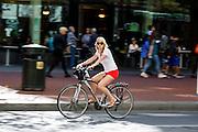 Een vrouw rijdt op een huurfiets in San Francisco. De Amerikaanse stad San Francisco aan de westkust is een van de grootste steden in Amerika en kenmerkt zich door de steile heuvels in de stad. Ondanks de heuvels wordt er steeds meer gefietst in de stad.<br /> <br /> A woman cycles on a rental bike in San Francisco. The US city of San Francisco on the west coast is one of the largest cities in America and is characterized by the steep hills in the city. Despite the hills more and more people cycle.