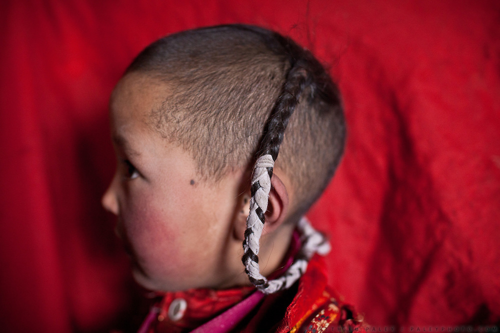 Haircuts on young Kyrgyz girls. Sary Tash campement...Trekking with yak caravan through the Little Pamir where the Afghan Kyrgyz community live all year, on the borders of China, Tajikistan and Pakistan.
