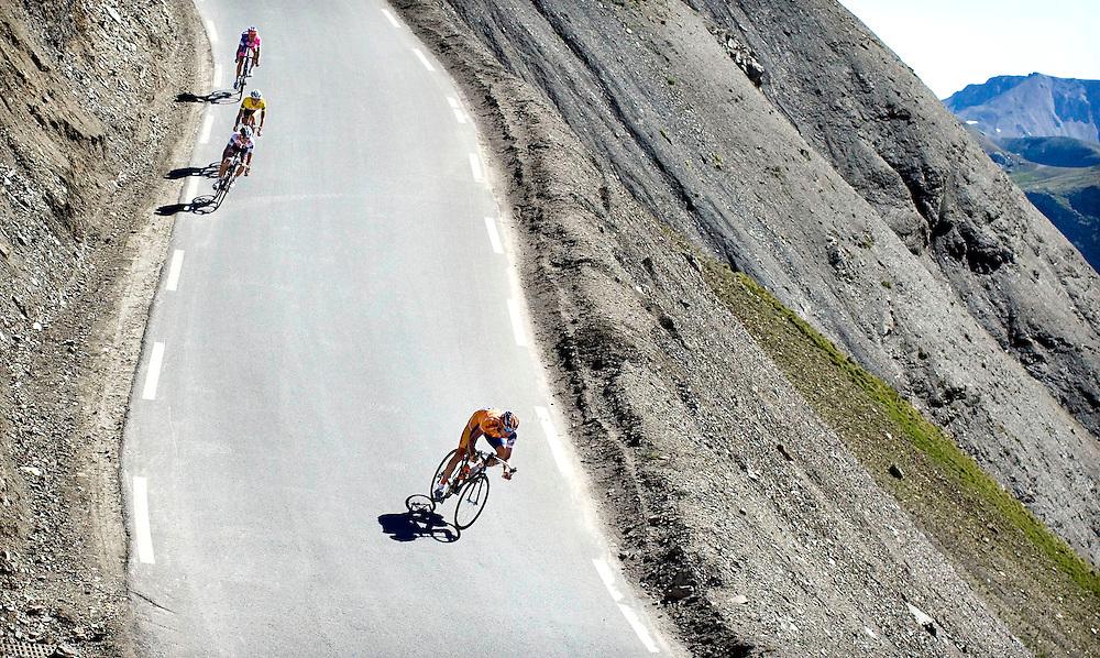 Frankrijk, La Cime de la Bonette, 22-07-2008.<br /> Wielrennen, Tour de France.<br /> Denis Menchov tijdens de afdaling van la Cime de la Bonette, 1 km over de top, met in zijn wiel Carlos Sastre, Gele Trui-drager Frank Schleck en Damiano Cunego.<br /> Foto: Klaas Jan van der Weij