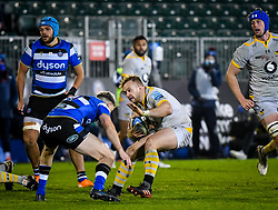 Tom Cruse of Wasps attempts to evade Rhys Priestland of Bath Rugby - Mandatory by-line: Andy Watts/JMP - 08/01/2021 - RUGBY - Recreation Ground - Bath, England - Bath Rugby v Wasps - Gallagher Premiership Rugby