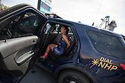 Aniek Rooderkerken wordt voor de grap gearresteerd voor het te snel rijden op de snelweg. Het Human Power Team Delft en Amsterdam, dat bestaat uit studenten van de TU Delft en de VU Amsterdam, is in Amerika om tijdens de World Human Powered Speed Challenge in Nevada een poging te doen het wereldrecord snelfietsen voor vrouwen te verbreken met de VeloX 7, een gestroomlijnde ligfiets. Het record is met 121,81 km/h sinds 2010 in handen van de Francaise Barbara Buatois. De Canadees Todd Reichert is de snelste man met 144,17 km/h sinds 2016.<br /> <br /> With the VeloX 7, a special recumbent bike, the Human Power Team Delft and Amsterdam, consisting of students of the TU Delft and the VU Amsterdam, wants to set a new woman's world record cycling in September at the World Human Powered Speed Challenge in Nevada. The current speed record is 121,81 km/h, set in 2010 by Barbara Buatois. The fastest man is Todd Reichert with 144,17 km/h.