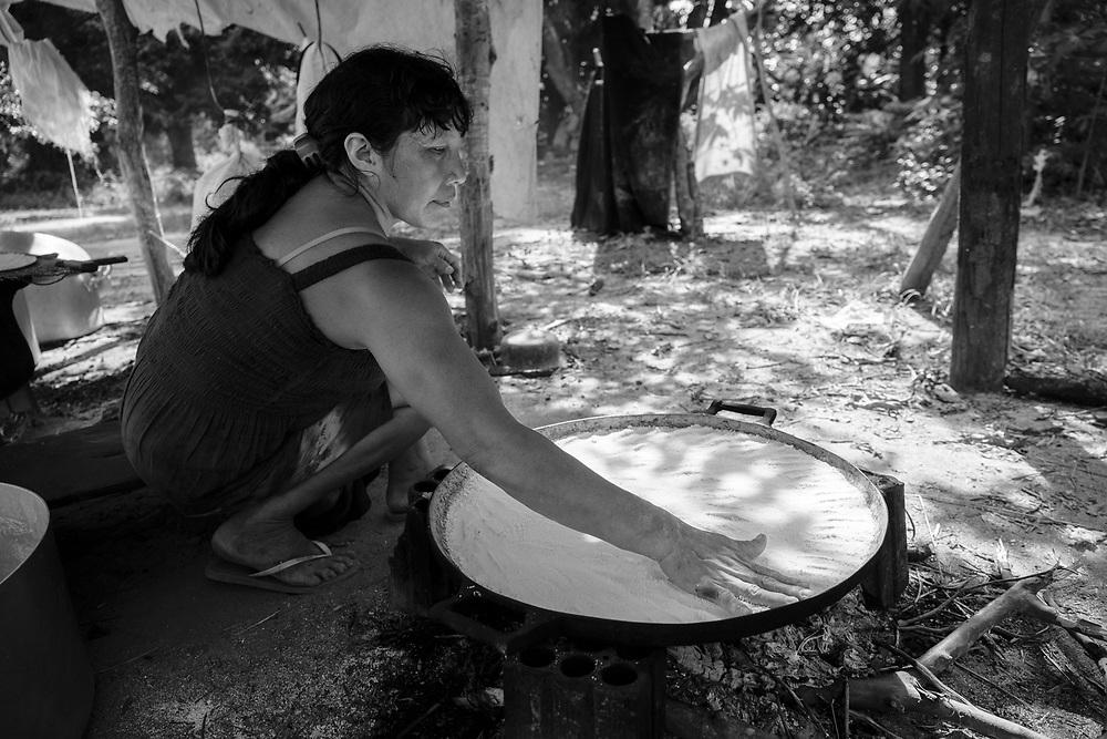 Preparação do beijú. Aldeia Ipatse, etnia Kuikuro, Alto Xingu.
