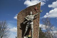 Dubicze Cerkiewne, woj. podlaskie, 28.03.2018. Rozbiorka pomnika wdziecznosci zolnierzom Armii Czerwonej odsolnietego w 1985 roku . Jego rozbiorke do konca marca 2018 roku nakazuje tzw. ustawa dekomunizacyjna N/z pomnik fot Michal Kosc / AGENCJA WSCHOD