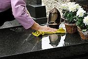 Nederland, Montfort, 19-10-2006..Een weduwe maakt de grafsteen schoon van het graf van haar man, echtgenoot...Foto: Flip Franssen/Hollandse Hoogte