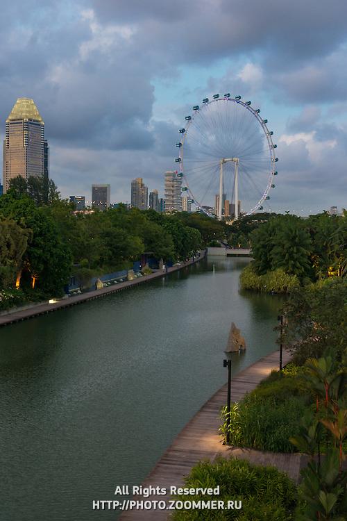 Singapore Flyer Ferris Wheel And Dragonfly Lake, Singapore