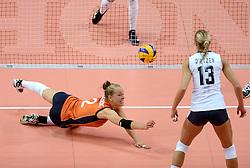 25-09-2014 ITA: World Championship Volleyball Nederland - USA, Verona<br /> Femke Stoltenborg duikt naar de bal