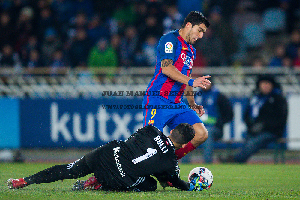 SAN SEBASTIAN, SPAIN - JANUARY 19:  Luis Suarez of FC Barcelona duels for the ball with Geronimo Rulli of Real Sociedad during the Copa del Rey Quarter Final, First Leg match between Real Sociedad de Futbol and FC Barcelona at Estadio Anoeta on January 19, 2017 in San Sebastian, Spain.  (Photo by Juan Manuel Serrano Arce/Getty Images)