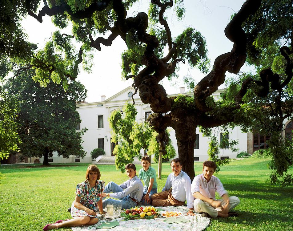 27 JUN 1991 - Gambellara (VI) - Gianni Zonin con la moglie Silvana e i figli Domenico, Francesco e Michele, nel giardino della villa di famiglia