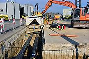 Nederland, Nijmegen, 6-3-2014Aanleg van een pijp voor het transport van warmwater voor de toekomstige stadsverwarming  vanuit de afvalverwerkingsinstallatie,afvalverbrandingsinstallatie, in Weurt naar verschillende delen van de stad zoals de Waalsprong in Lent en het Radboudumc. Onder hoge druk wodt het water door de buizen gestuurd. Lassers zijn de verschillende delen aan elkaar te lassen, verbinden.Foto: Flip Franssen/Hollandse Hoogte