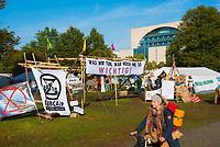 DEU, Deutschland, Germany, Berlin, 09.10.2019: Das Klimacamp der Aktivisten von Extinction Rebellion (XR) vor dem Bundeskanzleramt. Die Umweltschützer wollen mit zahlreichen Aktionen und Blockaden in der Stadt auf ihr Anliegen einer strengeren Klimapolitik aufmerksam machen.