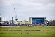 Nederland, Dodewaard, 8-2-2019Aan de overkant van de rivier de Waal ligt Deest met de moderne scheepswerf  Ravestein . Het staalbedrijf is gespecialiseerd in zware metalen constructies zoals roll on roll off systemen, sluisdeuren en speciale pontons . Constructiebedrijf .Foto: Flip Franssen