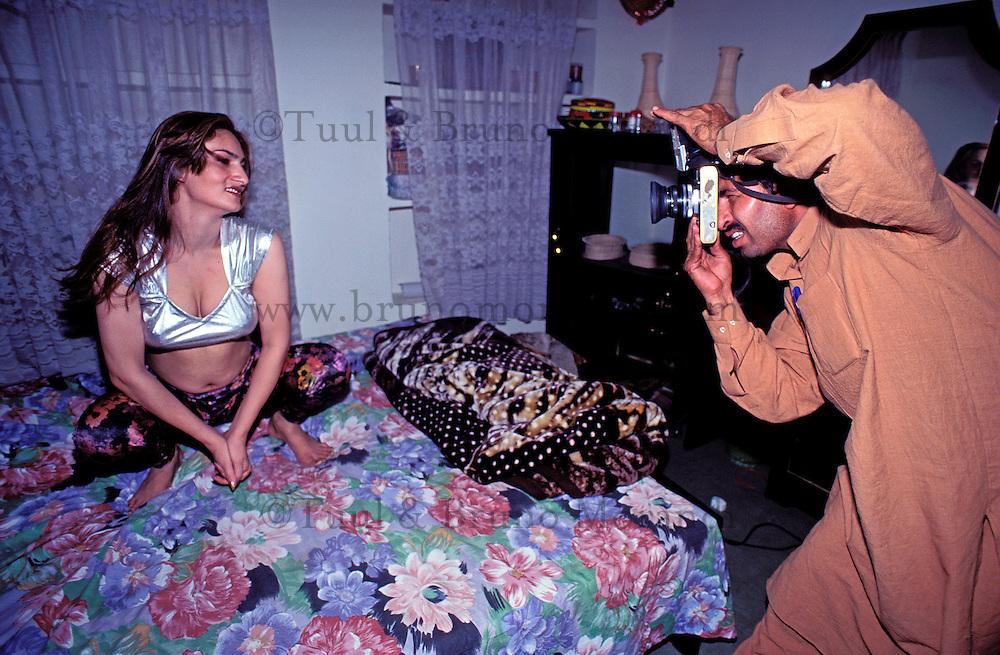 Pakistan - Hijra, les demi-femmes du Pakistan - Mohammed, photographe ne travaille qu'avec les Hijra qui sont d'excellent client. // Pakistan. Punjab province. Hijra, the half woman of Pakistan