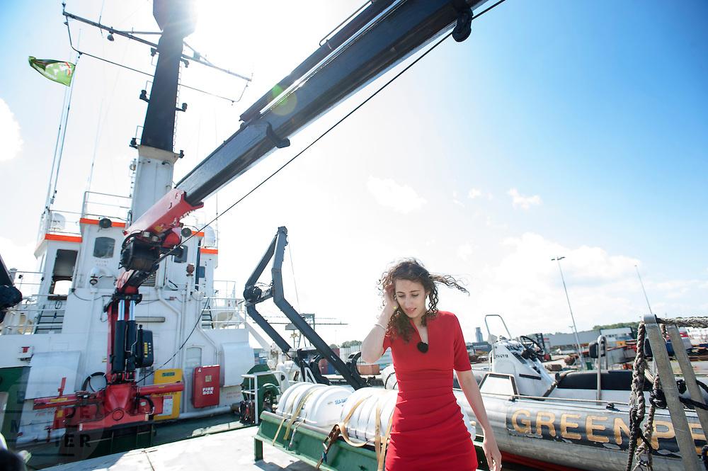 De Nederlandse activiste Faiza Oulahsen bekijkt op de Arctic Sunrise de schade. In IJmuiden is de Arctic Sunrise, het schip van milieuorganisatie Greenpeace dat een jaar door Rusland in beslag is genomen, aangekomen. De voormalige ijsbreker wordt in Amsterdam uit het water gehaald en opgeknapt omdat het gehavend is geraakt toen het aan de ankers lag. De boot van de milieuorganisatie is september 2013 door de Russen geënterd en de bemanningsleden vastgezet op verdenking van piraterij. Greenpeace voerde actie bij een boorplatform in de Barentszzee. Als het schip weer is gerepareerd, wil de milieubeweging weer campagnes houden met de Artic Sunrise.<br /> <br /> In IJmuiden, the Arctic Sunrise, the Greenpeace ship that a year ago is seized by Russia, arrived. The former ice breaker is removed from the water in Amsterdam and refurbished since it was damaged when it was up to the anchors. The boat of the environmental organization is boarded in September 2013 by the Russians and the crew put down on suspicion of piracy. Greenpeace campaigned on a drilling platform in the Barents Sea. If the ship is repaired, the environmental movement wants to use the Arctic Sunrise again for campaigning.