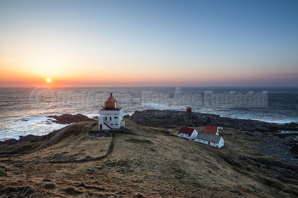 Beatiful sunset over Runde lighthouse, with the keeper house in the background | Nydlig solnedgang over Runde fyr, med fyrvokterhuset i bakgrunnen.
