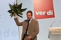 21 OCT 2003, BERLIN/GERMANY:<br /> Frank Bsirske, Vorsitzender ver.di, mit Blumen, nach gewonnener Wahl, 1. ver.di Bundeskongress, ICC<br /> IMAGE: 20031021-01-109<br /> KEYWORDS: Vereinigte Dienstleistungegewerkschaft, Kongress, Gewerkschaftstag, congress, sign, Logo, verdi