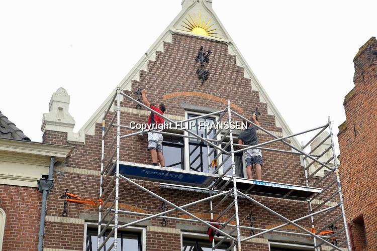 Nederland, Doesburg, 18-7-2019Huisschilders zijn bezig de buitenkant, het exterieur, van een historisch huis te schilderen .Foto: Flip Franssen