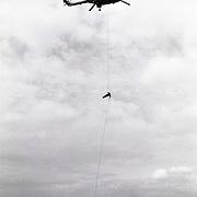 NLD/Huizen/19910525 - Waterspektakel Huizen 1991, tokkelen vanuit een marine Lynx helicopter 282