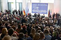 23 JAN 2003, BERLIN/GERMANY:<br /> Jacques Chirac (L), Praesident Frankreich, und Gerhard Schroeder (R), SPD, Bundeskanzler, waehrend einer Diskussion mit 500 Jugendlichen des deutsch-franzoesischen Jugendparlaments, Bundeskanzleramt<br /> IMAGE: 20030123-01-018<br /> KEYWORDS: Gerhard Schröder