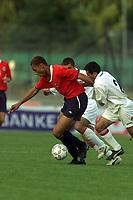 Fotball. EM-kvalifisering U21, Nadderud 1. september 2000. Norge-Armenia. John Carew, Norge og Arsen Simonyan, Armenia. Foto: Digitalsport.