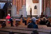 Bialystok, 05.04.2020. Bialostocka Katedra w Niedziele Palmowa. W mszy swietej pod przewodnictwem abp Tadeusza Wojdy metropolity bialostockiego, pomimo prosb wladz panstwowych i koscielnych, aby ta liczba nie przekraczala 5 osob, uczestniczylo ponad 20 wiernych fot Michal Kosc / AGENCJA WSCHOD