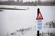 Nederland, Nijmegen, 19-12-2017 Het waterpeil van de rivier de Waal. Vandaag bereikte de huidige golf haar hoogste punt, maar dat is nog ver beneden een alarmerende stand. De Nevengeul bij Lent stroomt nu vol en ontlast de hoofdstroom van de rivier. Het water stroomt nu over de drempel de geul in. Een waarschuwingsbord bij de drempel waarschuwt voor het gevaar om hier te zwemmen.Foto: Flip Franssen