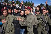 Les militaires assurent la securite du cortege pendant les funerailles de Chokri Belaid. Plus de 40.000 personnes lui rendent un hommage ce 8 fevrier 2013 et manifestent au même moment contre la violence politique en Tunisie et contre Ennarda.