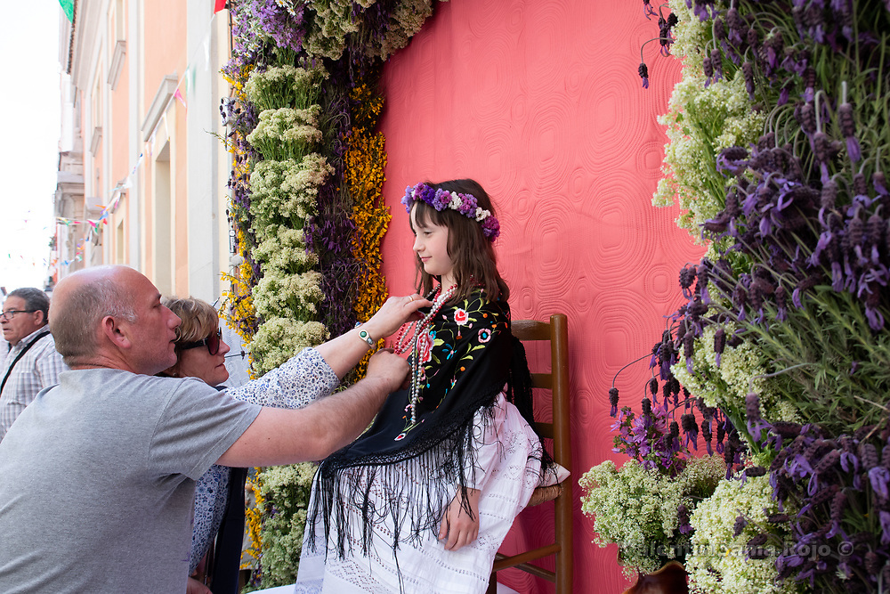 Madrid, Spain. 6th May, 2018. A woman and a man setting correctly the dress of a small girl that took the place of a 'Maya'. © Valentin Sama-Rojo.