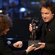 NLD/Utrecht/20060319 - Gala van het Nederlandse lied 2006, Ricardo Cocciante overhandigd Marco Borsato de Radio 2 Zendtijd prijs