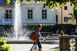 THEMENBILD - ein Besucher bei einem der Brunnen im Schlossgarten. Das Schloss Mirabell und seine Gärten zählen zu den Touristenzielen in der Stadt, aufgenommen am 09. Mai 2018 in Salzburg, Österreich // a visitor at one of the fountains in the garden. The Mirabell palace with its gardens is a listed cultural heritage monument and part of the Historic Centre of the City, Salzburg, Austria on 2018/05/09. EXPA Pictures © 2018, PhotoCredit: EXPA/ JFK