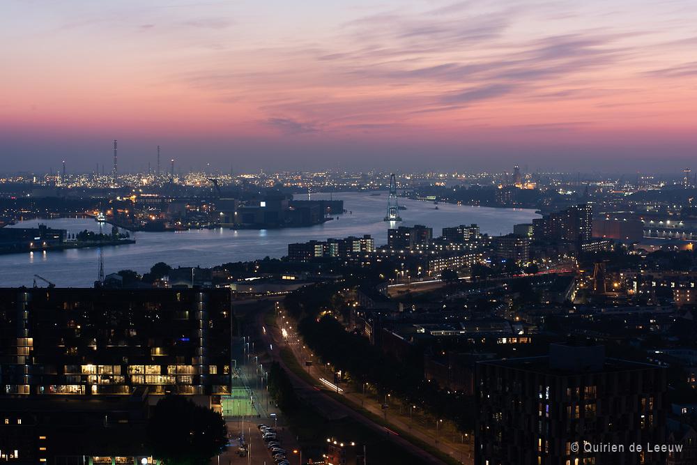 Skyline Rotterdam aan de Nieuwe Maas. Op de achtergrond de Haven van Rotterdam.