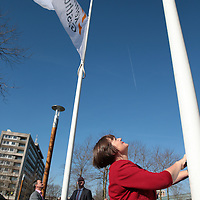 Nederland, Haarlem , 22 maart 2015.<br /> Fusiemoment Spaarneziekenhuis en Kennemergasthuis in Spaarnegasthuis. Voorzitter RVB van Spaarneziekenhuis Peter van Barneveld doet de offieciele speech tijdens het officiele moment alvorens de nieuwe vlaggen te hijsen met het nieuwe logo.<br /> Op de foto: Yvonne Wilders lid RVB voormalig Spaarneziekenhuis   haalt de oude vlaggen omlaag.<br /> Foto:Jean-Pierre Jans