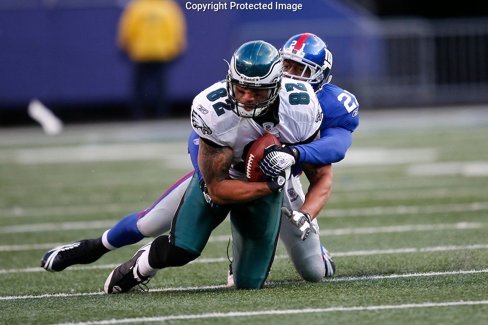 7 Dec 2008: Philadelphia Eagles tight end L.J. Smith #82 catces a pass with New York Giants safety Kenny Phillips #21 defending during the game against the New York Giants on December 7th, 2008. The Eagles won 20-14 at Giants Stadium in East Rutherford, New Jersey.