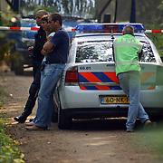 NLD/Huizen/20050906 - Verbrand lijk gevonden langs bospad Bussummerweg Huizen, lint, afzetting, recherche, lpd