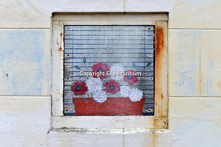 Nederland, Domburg, 26-3-2017Stilleven geschilderd op een houten plaat waarmee een raam is afgedekt.Foto: Flip Franssen