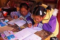 Chine. Province du Yunnan. Ville de Lijiang. Patrimoine mondial de l'UNESCO. Ecoliers. // China. Yunnan province. City of Lijiang. UNESCO World Heritage. School girl.