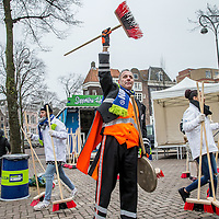 Nederland, Amsterdam, 1 januari 2017.<br />Nieuwjaarsvegen op en rond de Noordermarkt.<br />NIEUWJAARSVEGEN INTRODUCEERT WEL STOREN/WEL STOREN AUB DEURHANGERS<br />Deurhanger siert Jordanese huizen <br />Voor het traditionele Nieuwjaarsvegen halen duizenden Nederlanders op 1 januari vanaf klokslag 12.00 uur de bezem door de buurt. Tenminste, als ze op tijd wakker zijn. Om mensen een handje te helpen wordt in de Amsterdamse Jordaan daarom een oude traditie in ere hersteld: de porder. Deze menselijke wekker tikte met zijn porstok op slaapkamerramen om arbeiders op tijd te wekken. Wakkere Supporters van Schoon doen dat op 1 januari natuurlijk niet zomaar bij iedereen. Voor wie wel graag de bezem wil oppakken, maar nog even niet is opgestaan introduceert organisator NederlandSchoon de WEL STOREN/WEL STOREN AUB Deurhanger. Die hang je aan de deur of plak je achter het raam, zodat de buurt weet dat je graag gestoord wordt om gezellig te gaan vegen. <br /> <br /><br /><br /><br />Foto: Jean-Pierre Jans