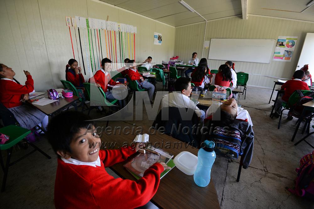 Tenancingo, México (Septiembre 17, 2018).- Estudiantes de la Primaria Federal Gabino Vázquez en Tecomatlán toman clases en aulas provisionales, su escuela fue una de las afectadas por el sismo del 19 de septiembre de 2017, y a casi un año de este evento no han terminado los trabajos de reconstrucción de las aulas que se vieron afectadas.  Agencia MVT / Crisanta Espinosa.