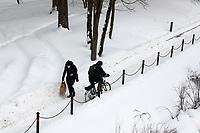 Bialystok, 09.02.2021. Nieskuteczna walka ze sniegiem w Bialymstoku. Firmy, ktore wygraly przetarg na odsniezanie miasta w tym roku, nie wywiazuja sie ze swoich obowiazkow. Glowne ulice stolicy Podlasia od kilku dni pokrywa gruba warstwa lodu i sniegu. Miasto juz po raz drugi nalozylo kary na nierzetelne firmy. N/z rowerzytsa na sciezce rowerowej fot Michal Kosc / AGENCJA WSCHOD