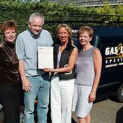 Overhandiging certificaat aan de gas & Lucht Specialist Huizen, dhr Henk Molenaar