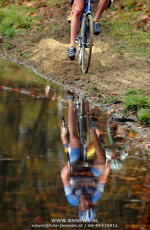 Veldrit rond Anna's Hove Hilversum, spiegeling in water, renner, wielrenners