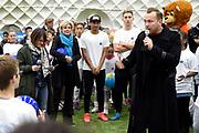 Prinses Laurentien bij Nationale WaterSpaarders Dag bij De Toekomst AJAX, Amsterdam. WaterSpaarders zeggen: 5 minuten is genoeg! Door in plaats van gemiddeld 9 minuten voortaan maar 5 minuten te douchen bespaar je per keer 32 liter warm water. Als heel Nederland dat zou doen besparen we met z'n allen de CO2 uitstoot van ruim 750.000 auto's. Dat maakt best veel verschil.<br /> <br /> Op de foto:  Prinses Laurentien en Jamai Loman zingen het douchelied Samen houden we de aarde hoog dat 5 min duurt