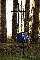Podlasie, 01.05.2020. N/z skrzynki pocztowe na wsi nie zawsze spelniaja role bezpiecznego przechowywania korespondencji, co jest szczegolnie niepokojace w kontekscie propozycji PiS - korespondencyjnych wyborow prezydenckich; samotna skrzynka pocztowa na skraju lasu fot Michal Kosc / AGENCJA WSCHOD